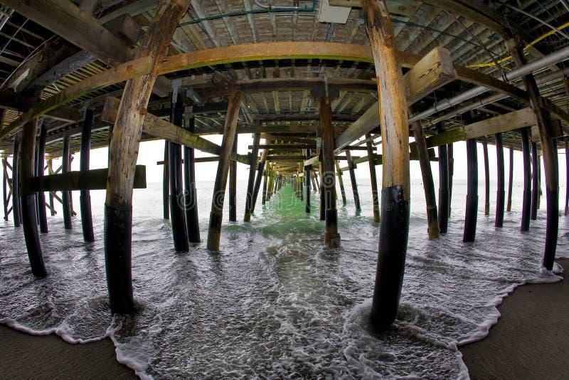 Sob o cais de San Clemente fotos de stock