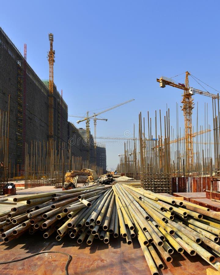 Sob o canteiro de obras, na construção de grandes construções imagens de stock