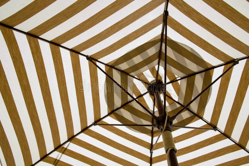 Sob o guarda-chuva da lona imagem de stock royalty free