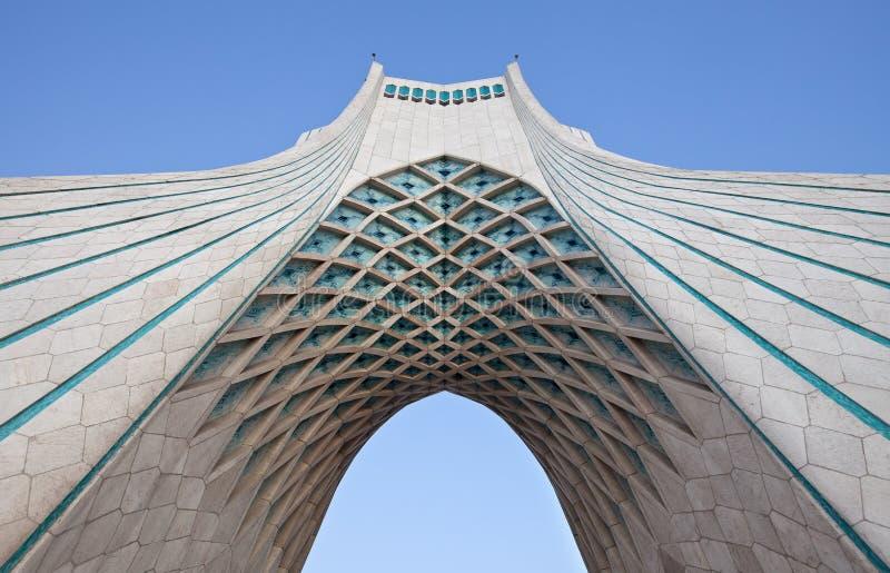 Sob o monumento de Azadi em Tehran imagens de stock
