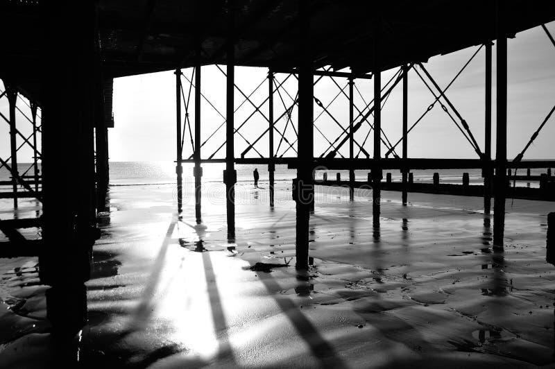 Sob o passeio à beira mar imagens de stock