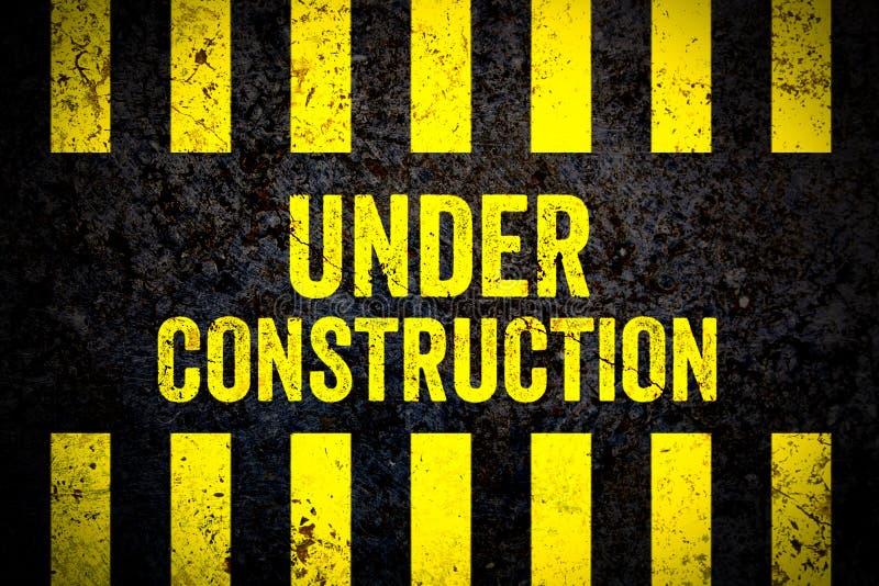 Sob o sinal de aviso da construção com as listras amarelas e pretas pintadas sobre muro de cimento rachado resistiu ao fundo da t ilustração royalty free