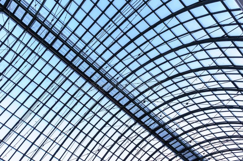 Sob o telhado Telhado de vidro do painel com os sarrafos brancos sob o céu azul brilhante foto de stock royalty free