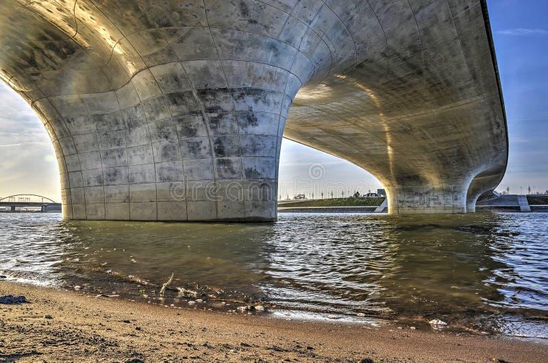 Sob o Waalbridge em Nijmegen imagem de stock