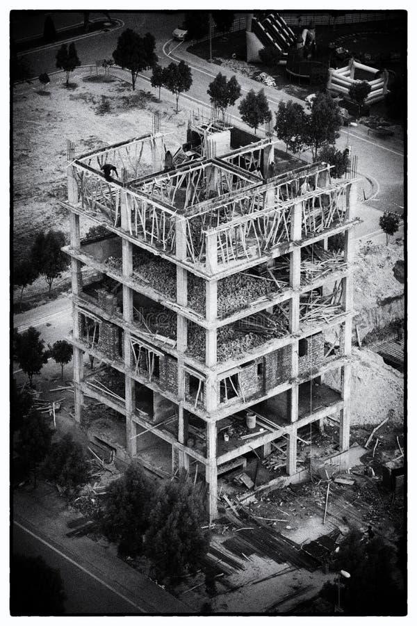 Sob a opinião da construção da construção da torre Eiffel lahore imagens de stock royalty free