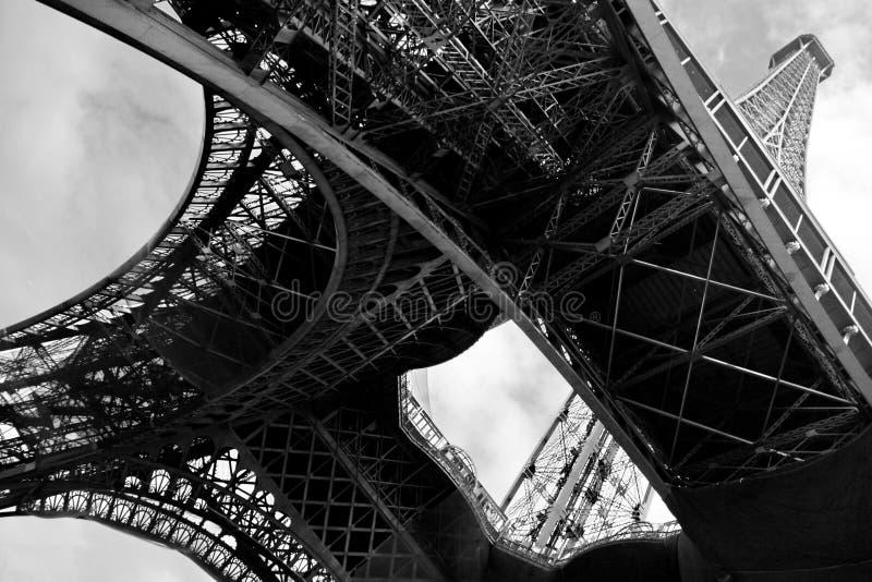 Sob os pés da torre Eiffel fotos de stock royalty free