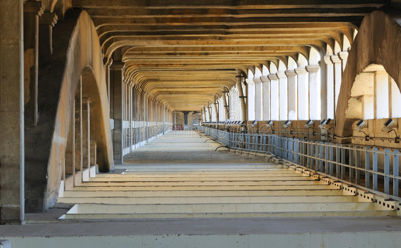 Sob a plataforma de ponte fotografia de stock royalty free
