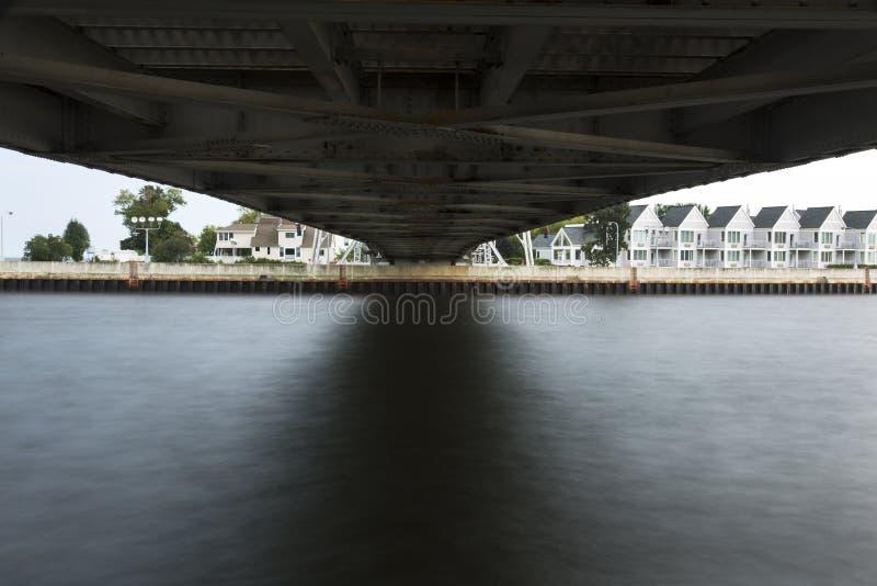 Download Sob a ponte de elevador foto de stock. Imagem de água - 26517262