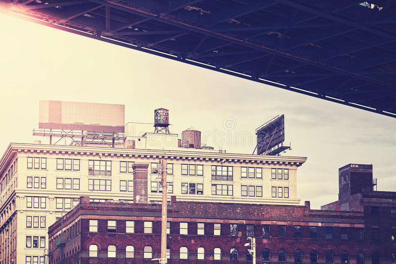 Sob a ponte de Manhattan, vizinhança estilizado retro de Dumbo, NYC fotos de stock royalty free