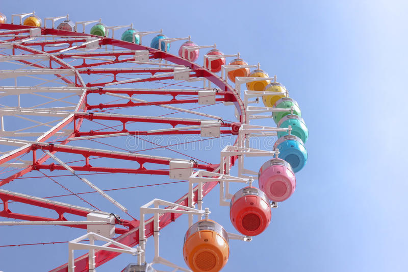 Sob a roda de ferris colorida fotos de stock
