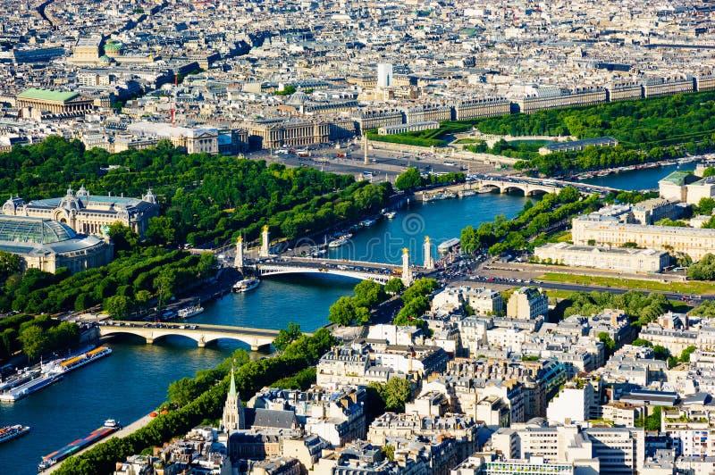 sob a torre Eiffel fotos de stock royalty free