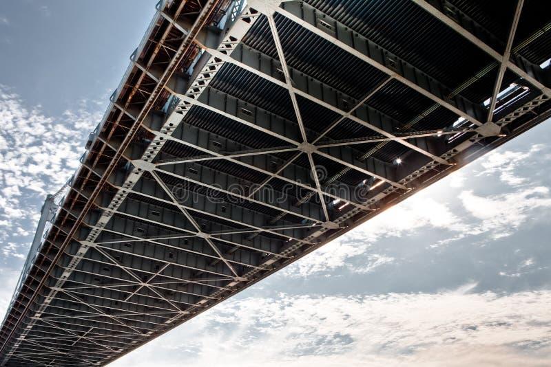 Sob uma ponte imagens de stock
