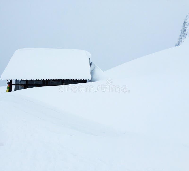 Sob uma tampa de neve na inclinação de Aibga da montagem imagens de stock royalty free