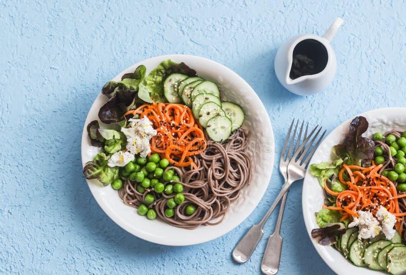 Soba面条菩萨碗 与菜的荞麦面条在蓝色背景,顶视图 食物健康素食主义者 免版税图库摄影