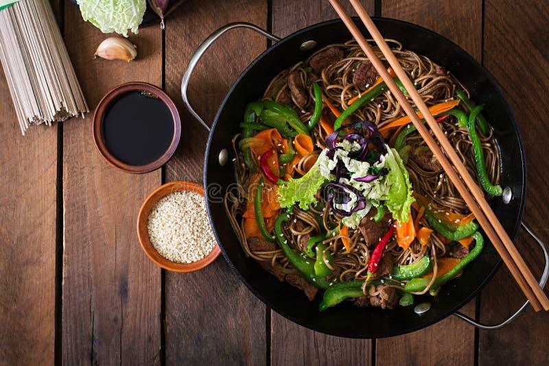 Soba-Nudeln mit Rindfleisch, Karotten, Zwiebeln stockfotos