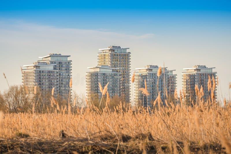 sobborghi urbani con ecosistema del lago, edifici del parco naturale di V?c?re?ti