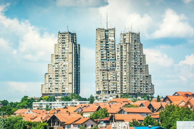 Sobborgo di Belgrado in Serbia con le costruzioni brutalistic di architettura fotografia stock libera da diritti