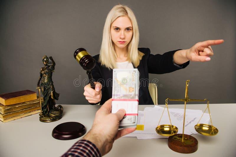 Soborno de un juez de la mujer joven para un veredicto en su favor imagen de archivo