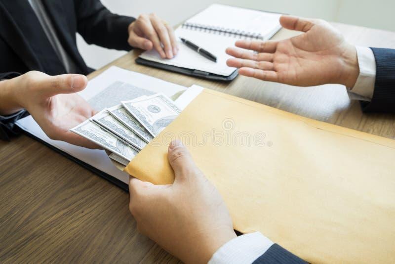 Soborno y concepto de la corrupción, hombre de negocios corrompido que sella la mano del trato que recibe el dinero del soborno d fotos de archivo libres de regalías