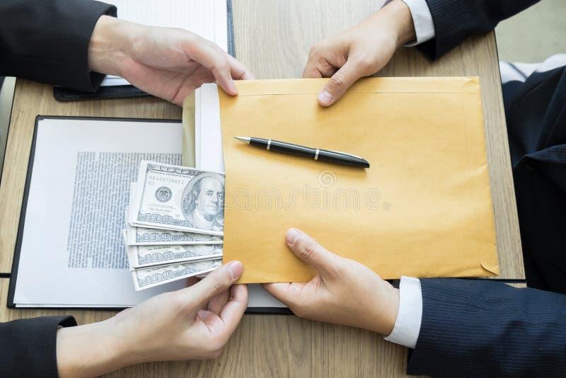 Soborno y concepto de la corrupción, hombre de negocios corrompido que sella la mano del trato que recibe el dinero del soborno d fotografía de archivo