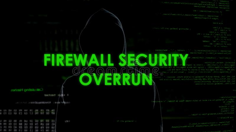 Sobrante de la seguridad del cortafuego, pirata informático que consigue el acceso a la privacidad, ataque de Internet fotos de archivo