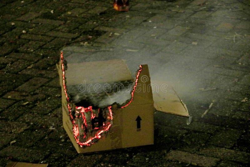 Sobras da caixa do fogo de artifício ainda no fogo após explosões do fogo de artifício fotos de stock