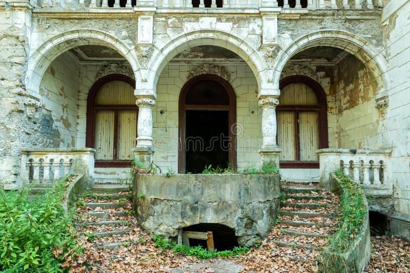 Sobras da casa de campo demulida e abandonada na zona de guerra imagens de stock royalty free
