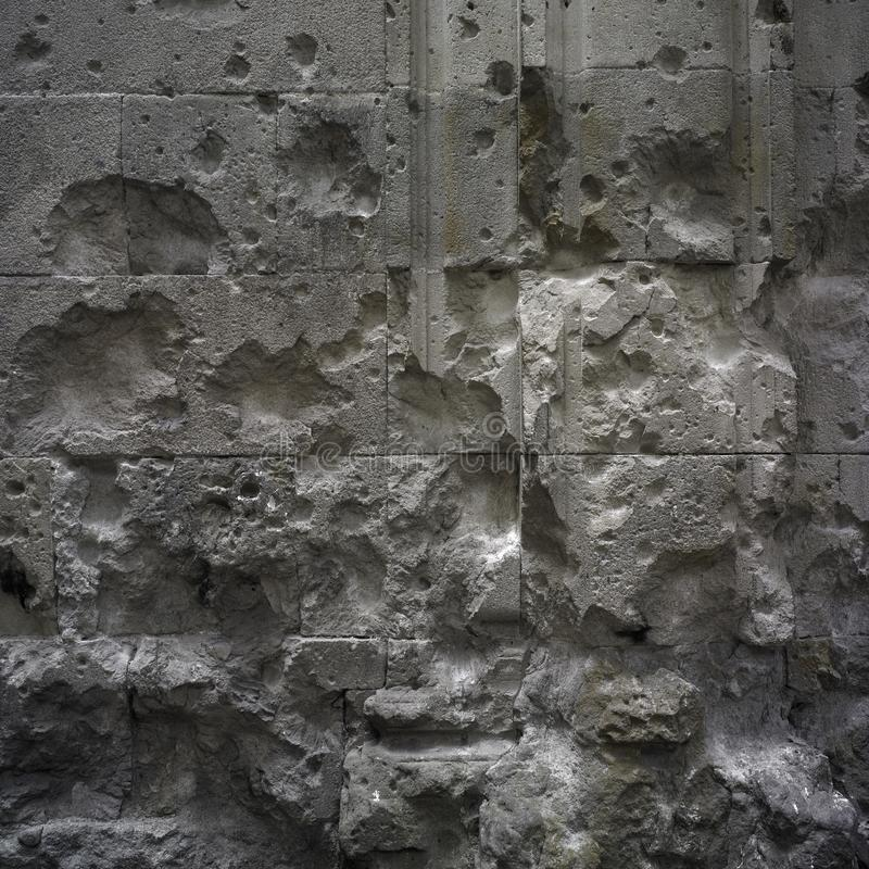 Sobras da guerra na parede antiga imagem de stock royalty free