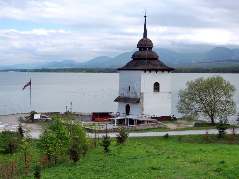 Sobras da igreja em Liptovska Mara, Eslováquia imagem de stock