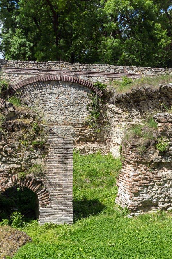 Sobras das casas na cidade romana antiga de Diokletianopolis, cidade de Hisarya, Bulgária fotografia de stock