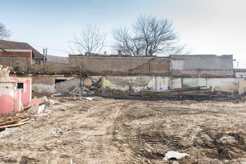 Sobras de dano do desastre das consequências do furacão ou do terremoto em casas velhas arruinadas com telhado e a parede desmoro fotografia de stock royalty free