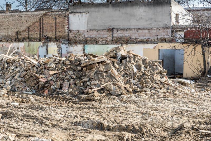 Sobras de dano do desastre das consequências do furacão ou do terremoto em casas velhas arruinadas com telhado e a parede desmoro imagem de stock royalty free
