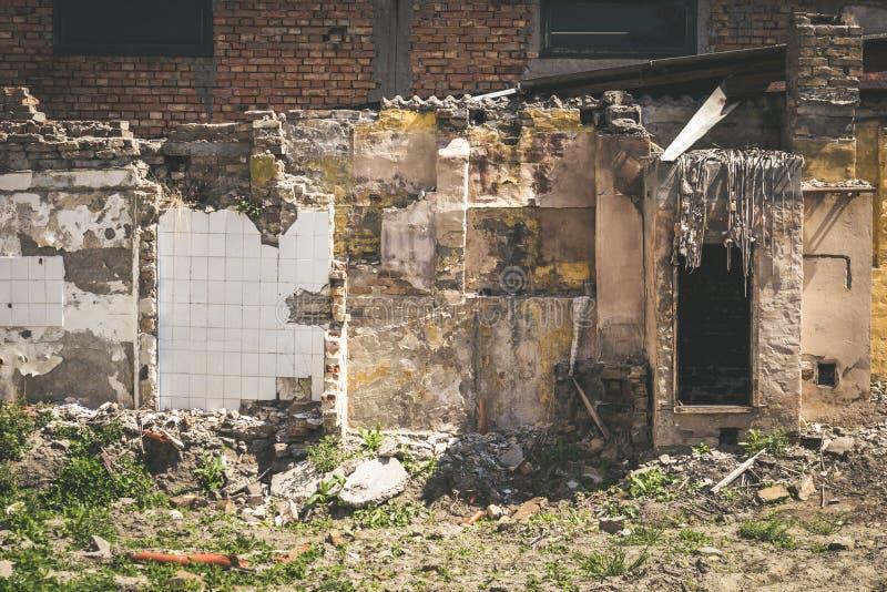 Sobras de dano do desastre das consequências do furacão ou do terremoto em casas velhas arruinadas imagem de stock royalty free