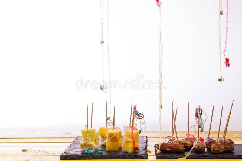 Sobras de la comida del partido Salchichas del queso y de la piña y del cóctel imágenes de archivo libres de regalías