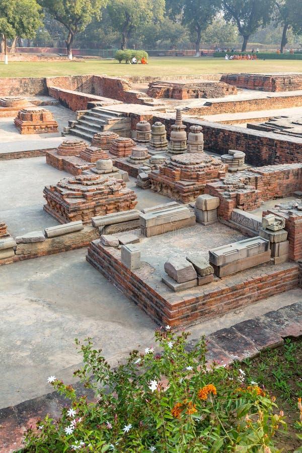 Sobras de stupas do votiv em Sarnath, Varanasi, Uttar Pradesh fotografia de stock