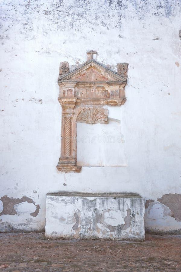 Sobras de um altar lateral em um monastério arruinado fotografia de stock