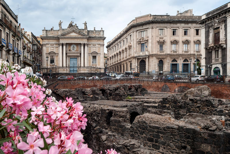 Sobras do anfiteatro romano na praça Stesicoro, Catan fotografia de stock