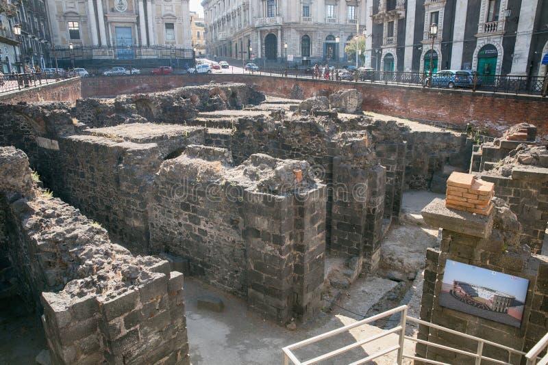 Sobras do anfiteatro romano no centro histórico de Catania, ilha de Sicília, Itália fotos de stock