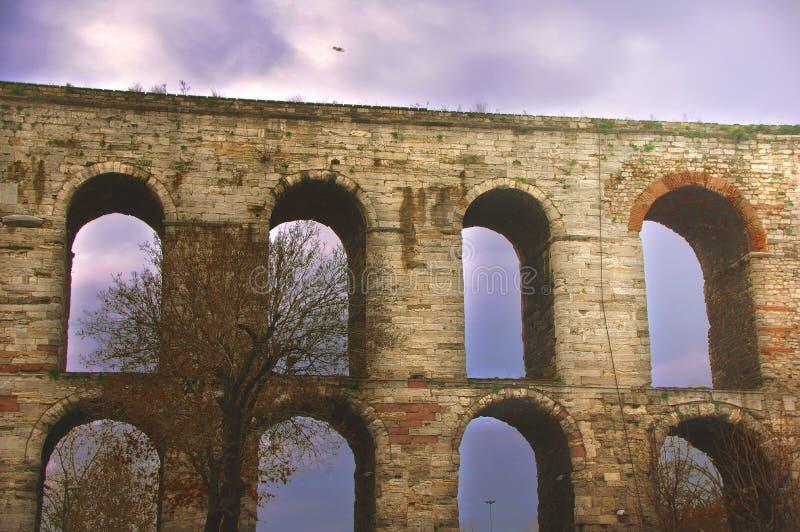 Sobras do aqueduto de Valens, um dos marcos bizantinos da sobrevivência em Istambul moderna imagem de stock