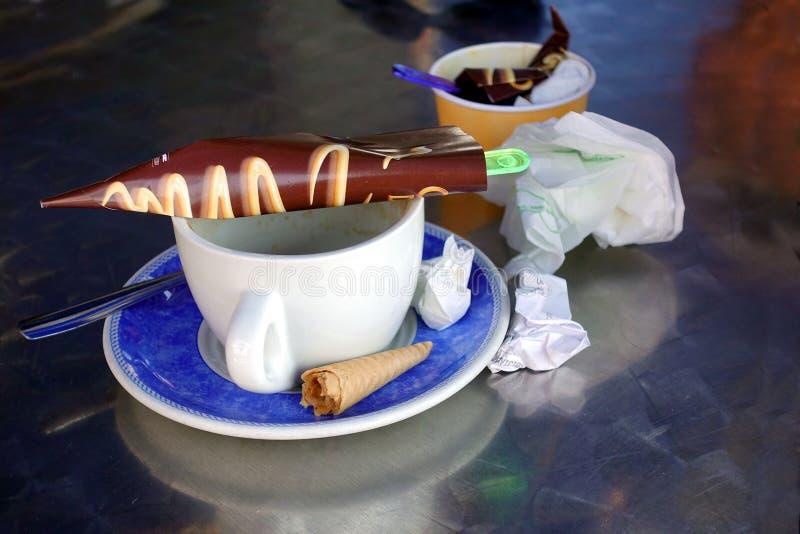 Sobras do café e do petisco do gelado, com guardanapo, envoltórios imagens de stock royalty free