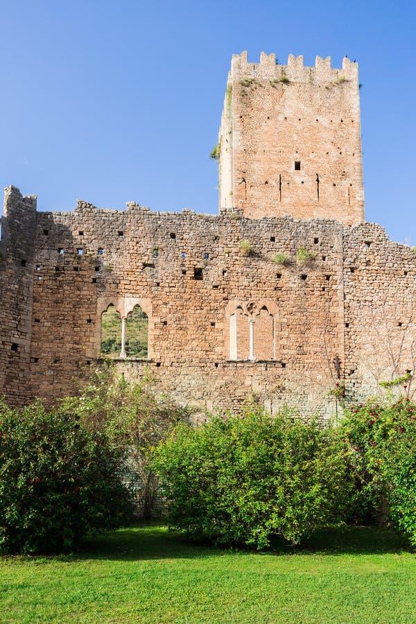 Sobras do castelo no jardim de Ninfa foto de stock