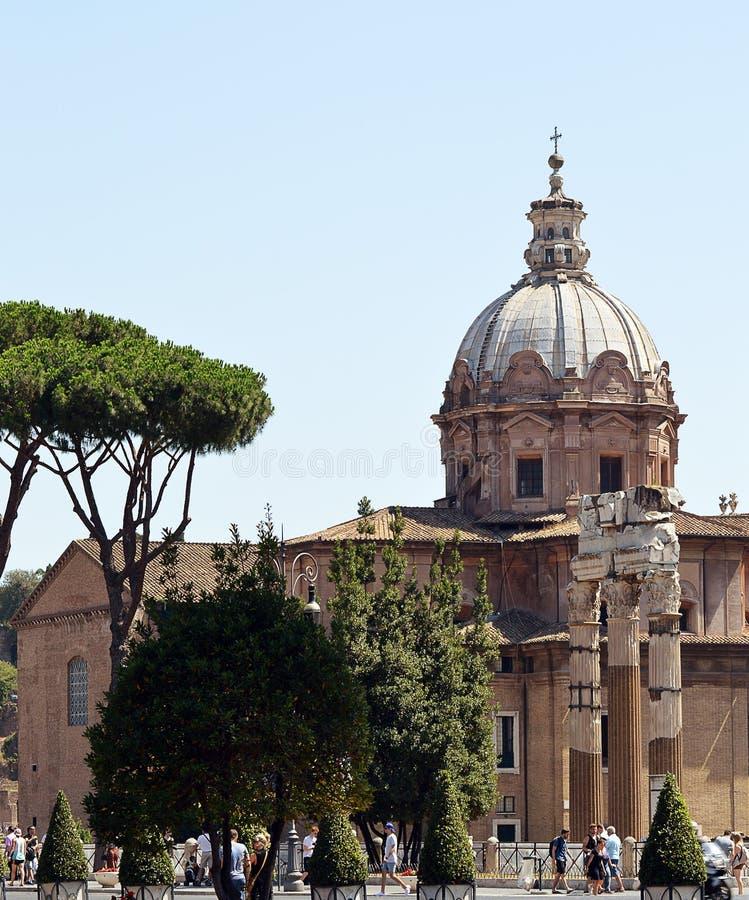 Sobras do fórum de Caesar e da igreja de Santi Luca e Martina imagem de stock royalty free