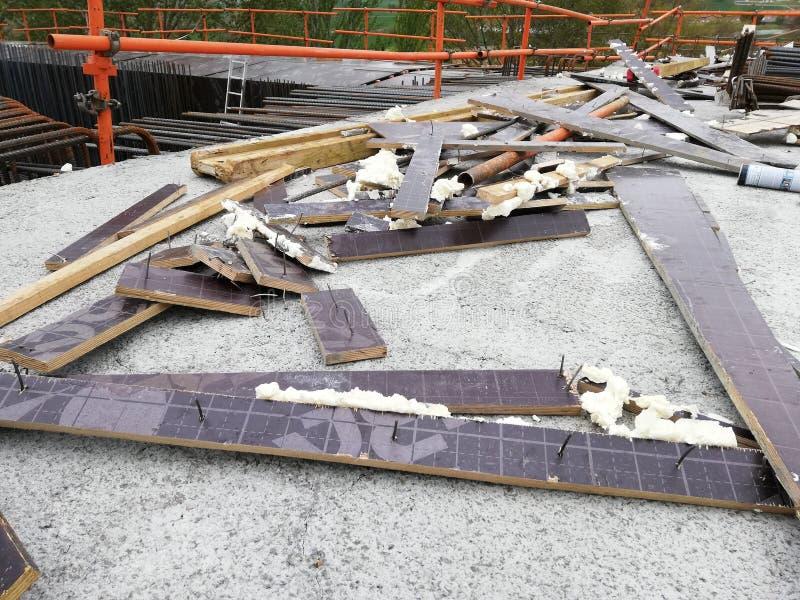 Sobras dos restos jogadas em um local com pregos que levantam um perigo aos trabalhadores imagem de stock