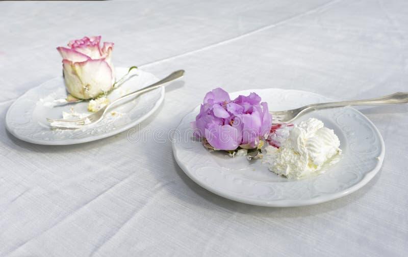 Sobras en un pastel de bodas fotografía de archivo libre de regalías