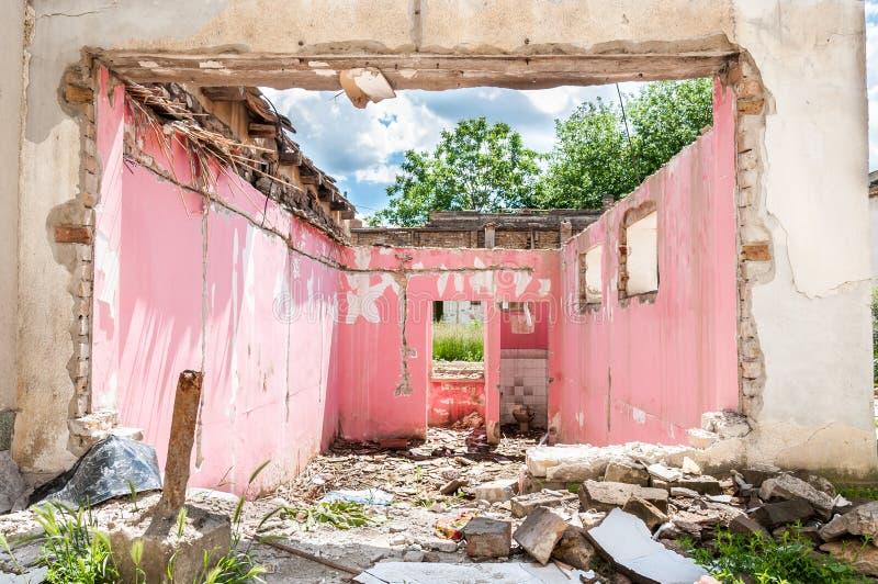 Sobras interiores de dano do desastre do furacão ou do terremoto na casa velha arruinada na cidade com paredes, o telhado e os ti imagens de stock