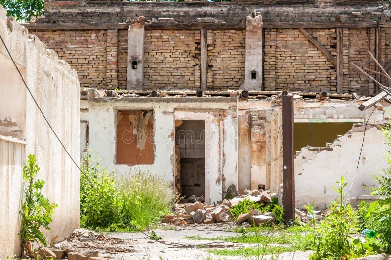 Sobras interiores de dano do desastre do furacão ou do terremoto na casa velha arruinada na cidade com paredes, o telhado e os ti foto de stock