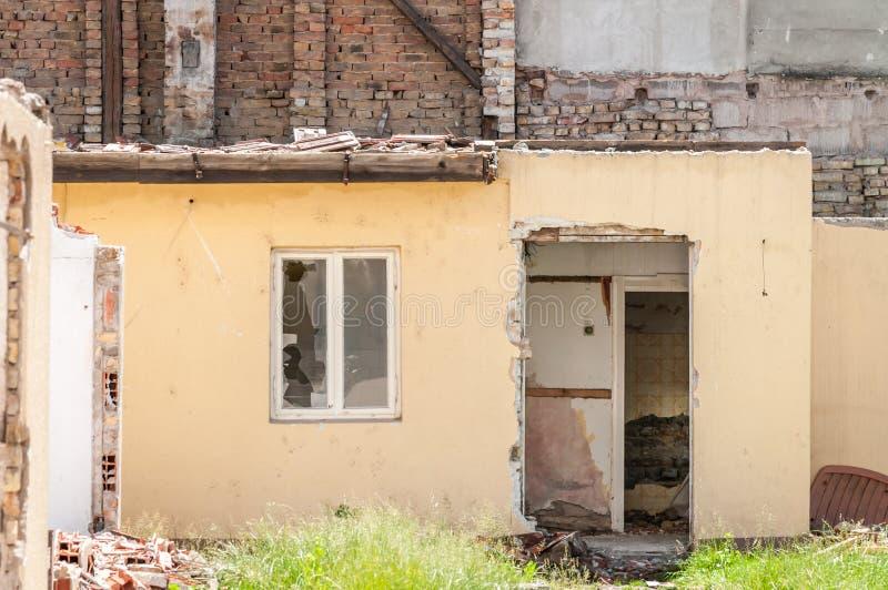 Sobras interiores de dano do desastre do furacão ou do terremoto na casa velha arruinada na cidade com paredes, o telhado e os ti fotografia de stock royalty free