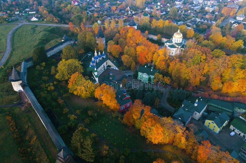 Sobre a avaliação aérea do monastério santamente de Dormition Pskovo-Pechersky Pechory, Rússia fotografia de stock