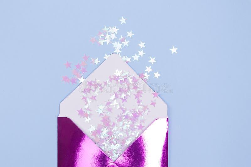 Sobre brillante hermoso con confeti del brillo en estrellas de una forma en un fondo azul Concepto festivo fotografía de archivo