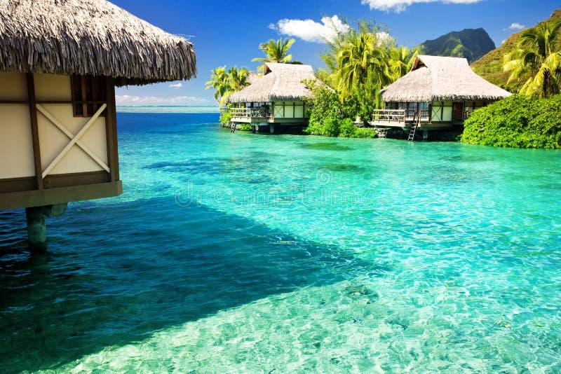 Sobre bungalows da água com etapas na lagoa imagem de stock royalty free